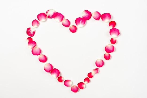Corazón de pétalos de rosa