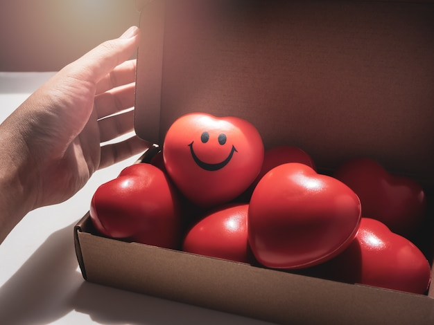 Corazón rojo. amor, cuidado y concepto de san valentín.