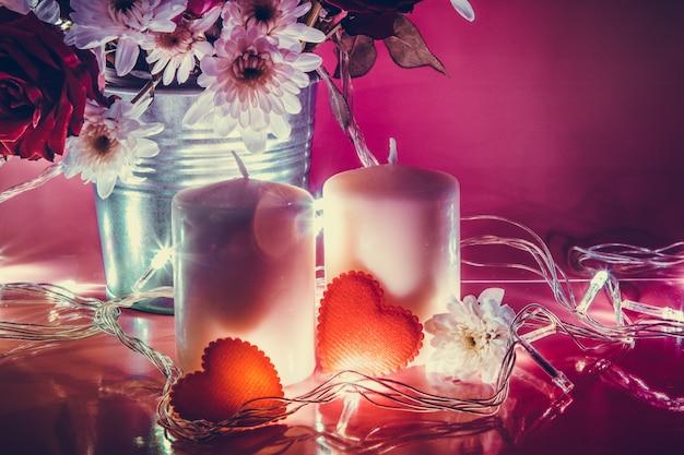 Corazón rojo y candelabro blanco con bombilla.