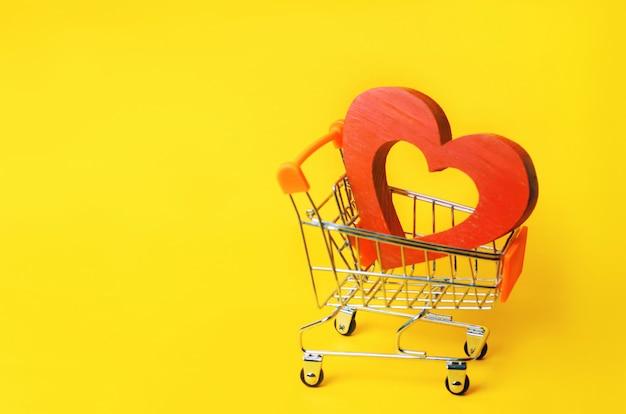 Corazón rojo en el carrito del supermercado.