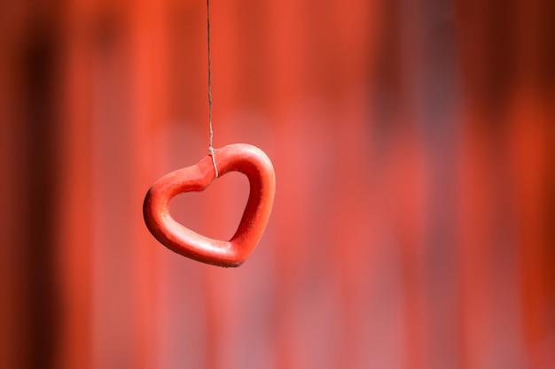 Corazón rojo colgante, dia de san valentin y diseño de boda.