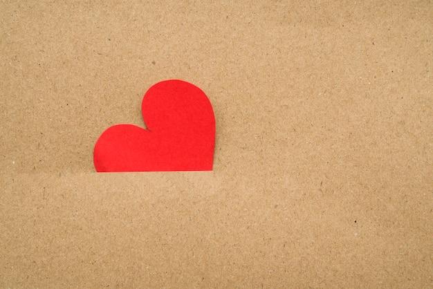 Corazón rojo dentro del cartón