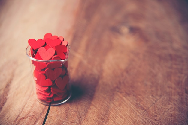 Corazón rojo del día de tarjetas del día de san valentín en la madera vieja. tarjeta de vacaciones con copia espacio.