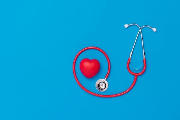 Corazón rojo con estetoscopio en azul