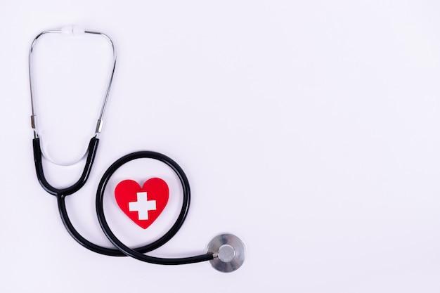 Corazón rojo con estetoscopio
