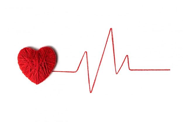 Corazón rojo hecho de lana sobre fondo blanco con textura. día de san valentín