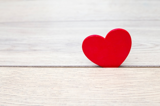 Corazón rojo en madera dividida.