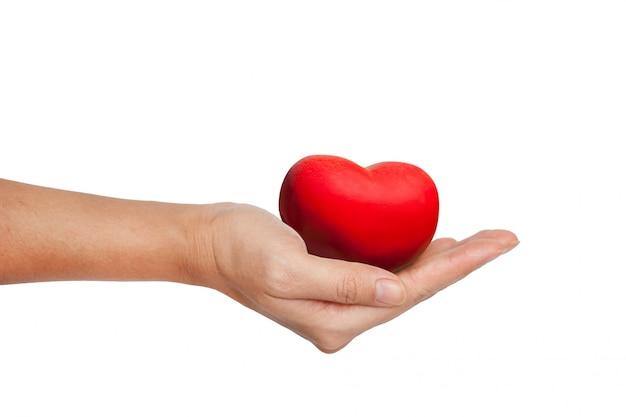 Corazón rojo en mano femenina