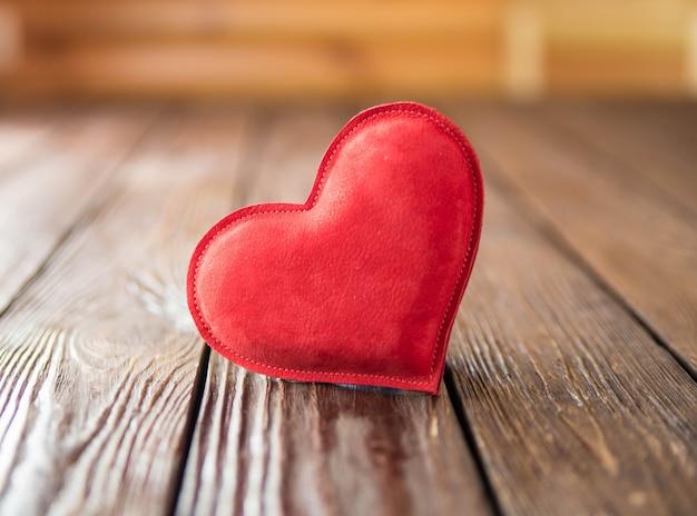 Corazón rojo en mesa de madera