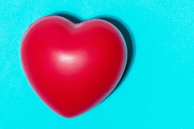 Corazón rojo, pastillas y suplementos dietéticos.