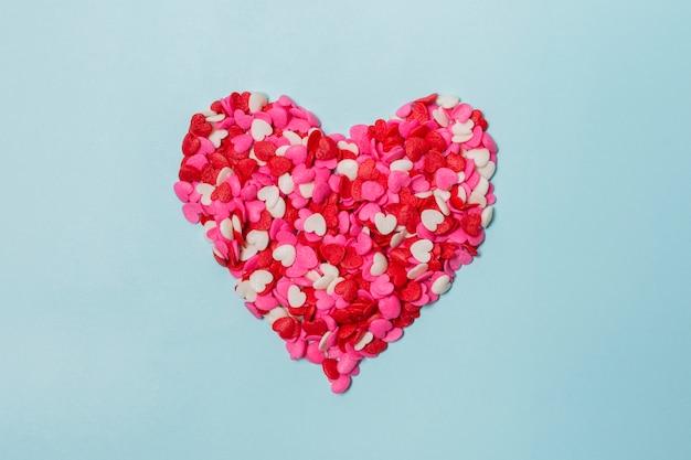 Corazón rojo de pequeñas decoraciones.