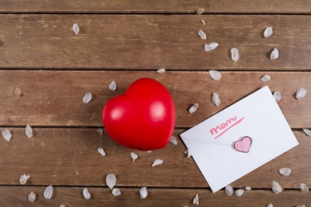 Corazón rojo y sobre del día de la madre