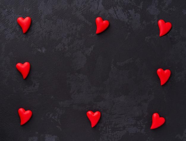 Corazón rojo sobre fondo negro.