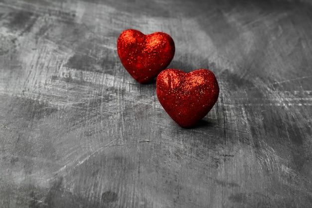 Corazón rojo sobre un fondo oscuro