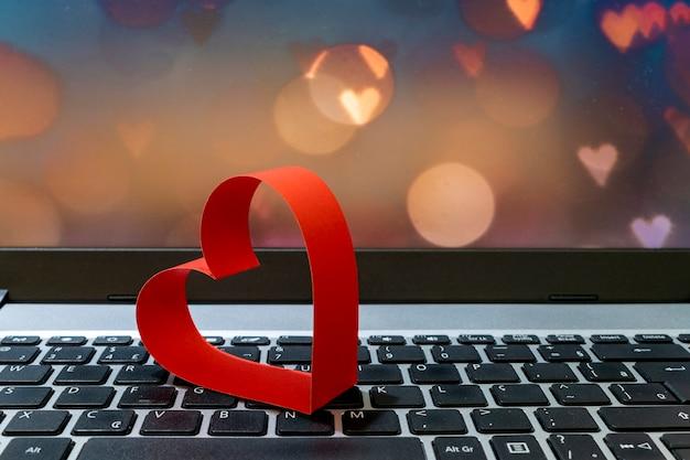 Corazón rojo en el teclado de la computadora. día de san valentín