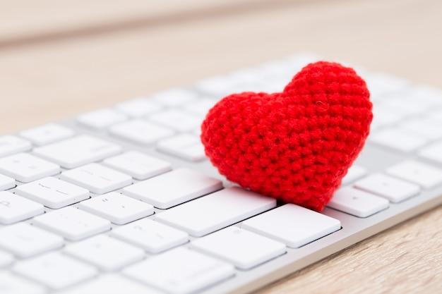 Corazón rojo en el teclado