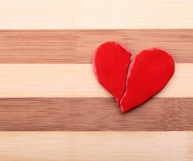 Corazón roto en una textura de madera