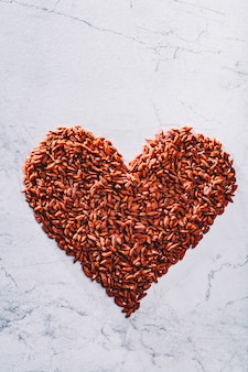 Corazón de san valentín hecho de bayas de goji. superalimento