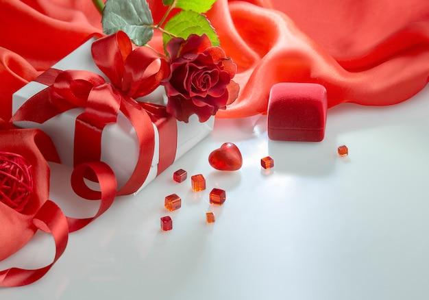 Corazón de san valentín, ramo de rosas y cajas de regalo en blanco
