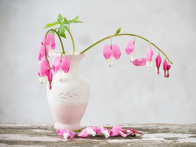 Corazón sangrante flores en florero