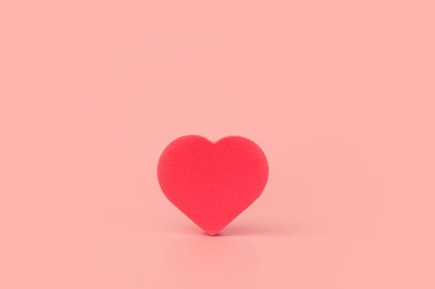 Corazón sobre un fondo de color. fondo para san valentín (14 de febrero) y amor.