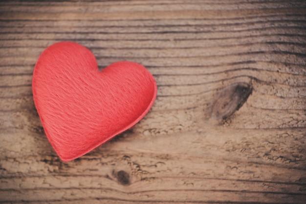 Corazón sobre madera dar amor filantropía donar ayuda calidez cuidar día de san valentín