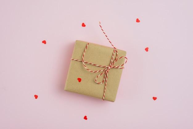 Corazones alrededor de caja de regalo