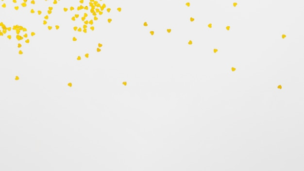 Corazones amarillos con copia espacio sobre fondo blanco.