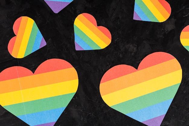 Corazones de arco iris de diferentes tamaños.