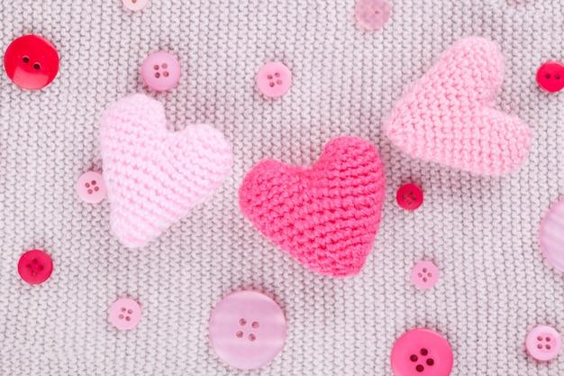 Corazones y botones rosados de punto
