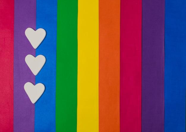 Corazones y brillante bandera gay.