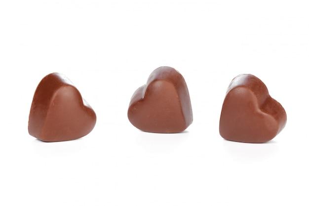 Corazones de chocolate aislados en blanco