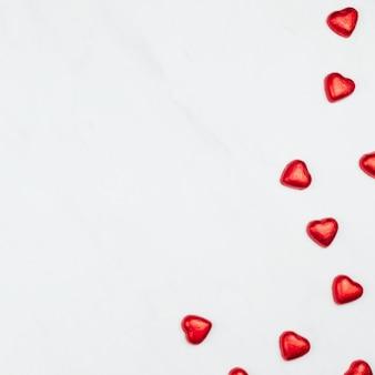 Corazones de chocolate rojo de san valentín sobre un fondo blanco.