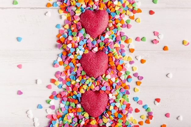 Corazones en corazón caramelo plano lay