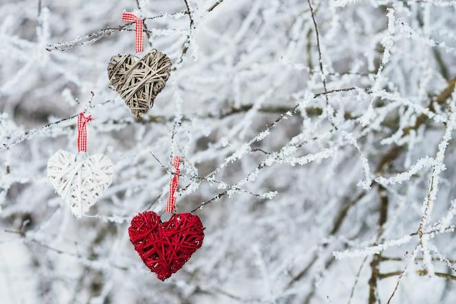 Corazones de san valentín en el fondo de la naturaleza de invierno. concepto del día de san valentín.