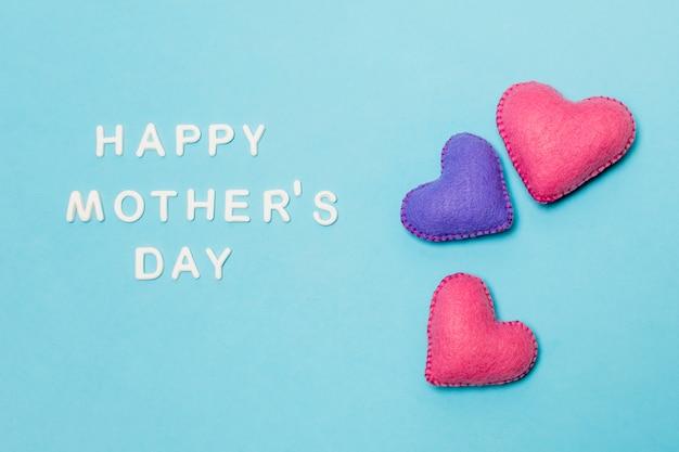 Corazones decorativos cerca del feliz dia del dia de las madres.