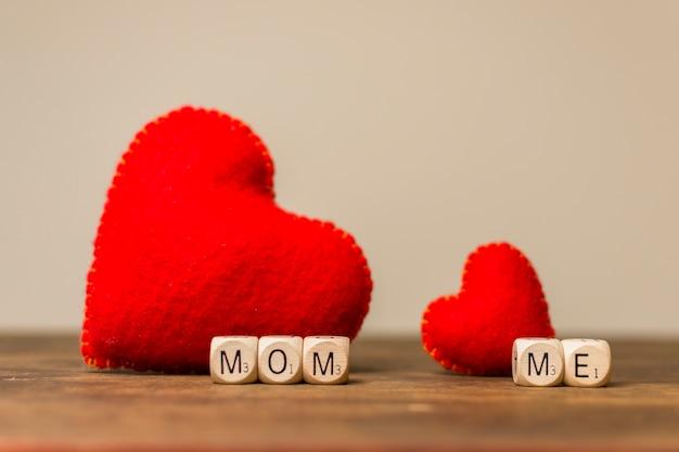Corazones decorativos cerca de mamá y yo título