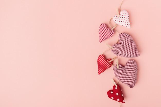 Corazones del día de tarjetas del día de san valentín de la materia textil en rosa