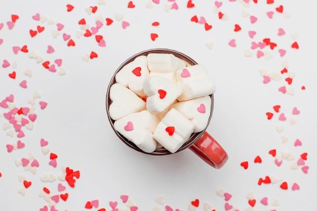 Corazones dulces y una taza de café con malvaviscos