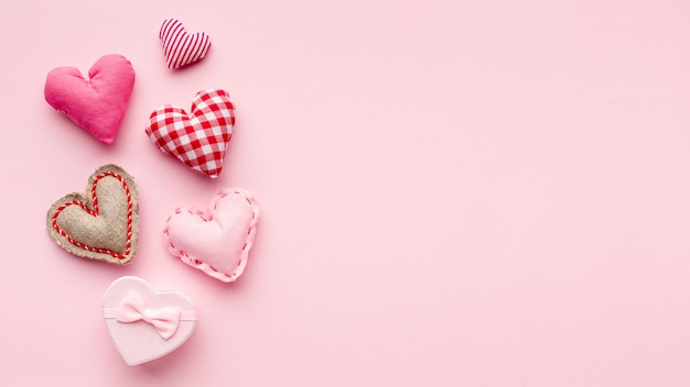 Corazones encantadores sobre fondo rosa con espacio de copia