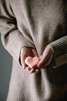 Corazones de fieltro en manos femeninas