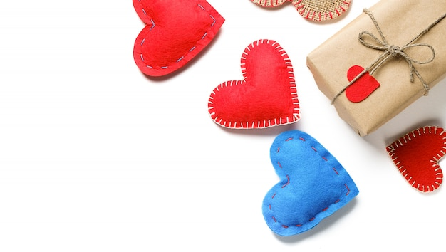 Corazones hechos a mano y caja de regalo o regalo para el día de san valentín