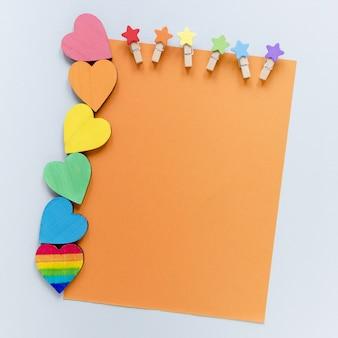 Corazones con hoja de papel en blanco