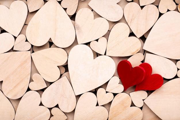 Corazones de madera, un corazón rojo en el fondo del corazón de madera.