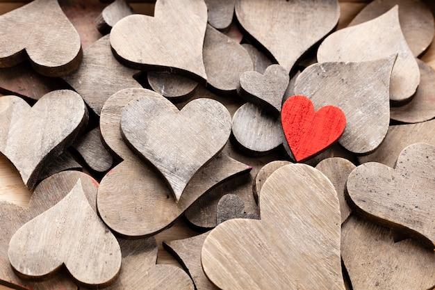 Corazones de madera, un corazón rojo en el fondo del corazón.