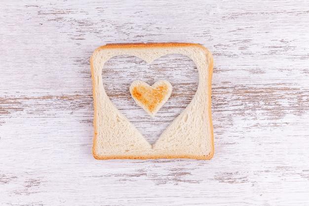 Corazones de pan tostado, concepto de creciente sentido del amor y feliz día de san valentín