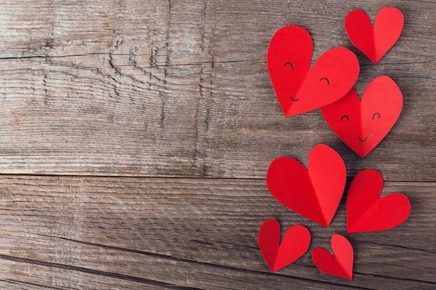 Corazones de papel del día de san valentín en madera