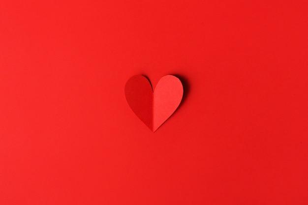Corazones de papel día de san valentín en rojo
