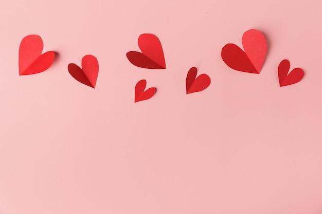 Corazones de papel del día de san valentín en rosa