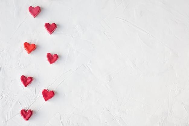 Corazones pequeños sobre un fondo claro. concepto del día de san valentín dulces en forma de corazón.
